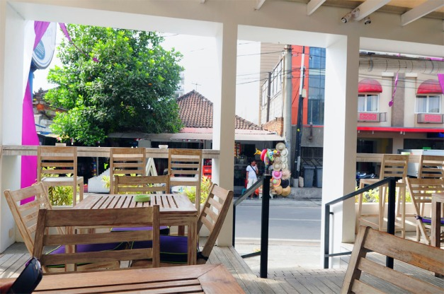 Located on Jalan Melasti a pretty busy street, grab a seat with a view to the road to enjoy people watching.
