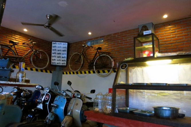 Garasi Warung - Set in what was once a Motorcycle repair Garage.  Lovely homestyle warung